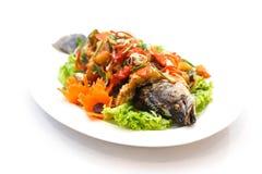 Зажаренные рыбы с сладостным и кислым соусом на белой предпосылке Стоковое Изображение RF