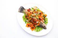 Зажаренные рыбы с сладостным и кислым соусом на белой предпосылке Стоковое фото RF