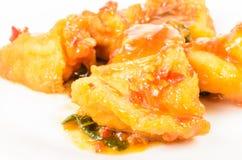 Зажаренные рыбы с chili и сладостным соусом Стоковое Фото