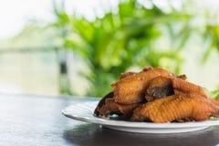 Зажаренные рыбы тилапии в белом блюде Селективный фокус Стоковое Изображение RF
