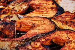 Зажаренные рыбы Филе семг без кожи зажаренной на обеих сторонах стоковые фотографии rf
