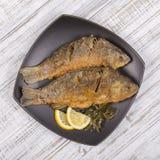 Зажаренные рыбы crucian на предпосылке деревянного стола Стоковое Изображение