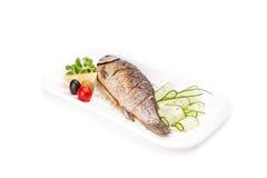 Зажаренные рыбы - crucian, послуженный с огурцом Стоковое Изображение