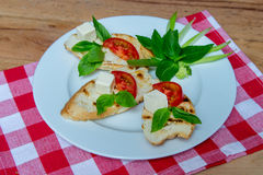 Зажаренные сандвичи сыра с базиликом стоковое изображение rf