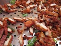 Зажаренные свиные отбивние с травой Стоковое Фото