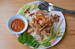 Зажаренные смешанные морепродукты и мясо с чесноком на рисе Стоковое фото RF