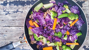 Зажаренные смешанные овощи в лотке на деревянной предпосылке Стоковое Изображение