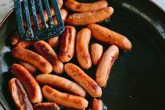 Зажаренные сосиски в сковороде Стоковые Изображения RF