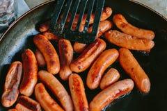 Зажаренные сосиски в сковороде Стоковые Фото