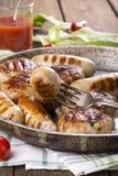 Зажаренные сосиски и бургеры цыпленка стоковая фотография
