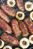 Зажаренные сосиски и грибы стоковые фотографии rf