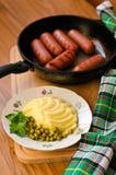 Зажаренные сосиски и картофельные пюре Стоковые Изображения RF