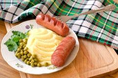 Зажаренные сосиски и картофельные пюре Стоковые Фотографии RF