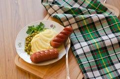 Зажаренные сосиски и картофельные пюре Стоковое Изображение RF