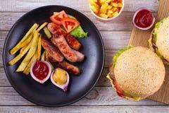 Зажаренные сосиски с фраями Сосиски с картошками и овощами Стоковая Фотография
