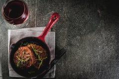 Зажаренные стейки и вино говядины Стоковые Фотографии RF