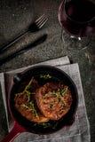 Зажаренные стейки и вино говядины Стоковое фото RF
