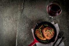 Зажаренные стейки и вино говядины Стоковое Изображение RF