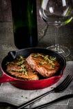 Зажаренные стейки и вино говядины Стоковые Изображения RF