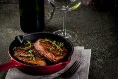 Зажаренные стейки и вино говядины Стоковая Фотография RF