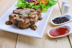Зажаренные стейки, свинина с подливкой перца и салат овоща Стоковые Изображения