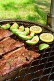 Зажаренные стейк глаза нервюры и салат авокадоа - очень вкусная еда диеты keto с фото всеми подготовки стоковое фото
