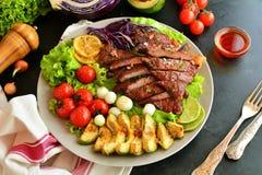 Зажаренные стейк глаза нервюры и салат авокадоа - очень вкусная еда диеты keto с фото всеми подготовки стоковое фото rf