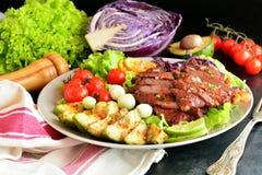 Зажаренные стейк глаза нервюры и салат авокадоа - очень вкусная еда диеты keto с фото всеми подготовки стоковое изображение rf