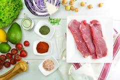 Зажаренные стейк глаза нервюры и салат авокадоа - очень вкусная еда диеты keto с фото всеми подготовки стоковые изображения rf