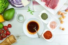 Зажаренные стейк глаза нервюры и салат авокадоа - очень вкусная еда диеты keto с фото всеми подготовки стоковая фотография