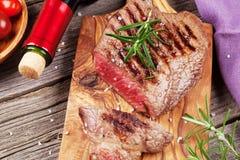 Зажаренные стейк и вино говядины Стоковое Фото