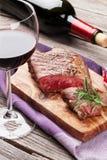 Зажаренные стейк и вино говядины Стоковые Изображения RF