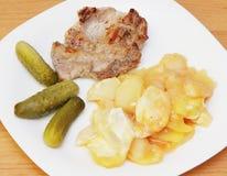 Зажаренные стейк, картошка и соленья. Стоковые Изображения RF