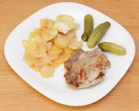 Зажаренные стейк, картошка и соленья. Стоковые Фото