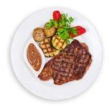 Зажаренные стейк, картошки и овощи изолированный на белой предпосылке Стоковое Изображение