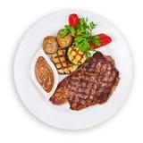 Зажаренные стейк, картошки и овощи изолированный на белом backgro Стоковые Изображения