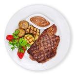 Зажаренные стейк, картошки и овощи изолированный на белом backgro стоковые изображения rf