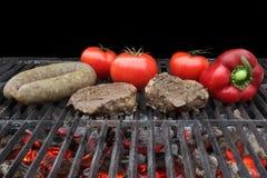 Зажаренные стейк филе, Bratwurst и овощи Стоковая Фотография RF