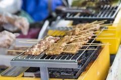 Зажаренные тайские сосиски и морепродукты на плите в шлюпке на Tr Стоковое фото RF