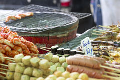 Зажаренные тайские сосиски и морепродукты на плите Стоковые Изображения RF
