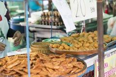Зажаренные тайские сосиски и морепродукты на плите Стоковое Изображение
