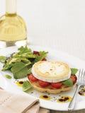 Зажаренные томаты козий сыра и младенца на бейгл Стоковое Изображение