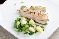 Зажаренные филе белых рыб с картошкой Стоковые Изображения RF