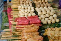 Зажаренные фрикадельки и горячая сосиска Стоковая Фотография RF