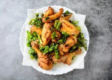 Зажаренные хрустящие крылья цыпленка с травами стоковое фото rf