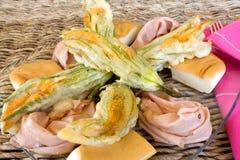 зажаренные цветки крупного плана покрывают zucchini Стоковые Изображения RF