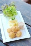Зажаренные шарики и салат картошек на деревянной таблице Стоковые Изображения RF