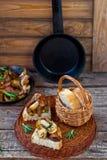 Зажаренные cepes с беконом, чесноком и розмариновым маслом Стоковые Фотографии RF