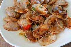 Зажаренные clams при положенный соус базилика Стоковые Фото