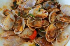 Зажаренные clams при положенный соус базилика Стоковые Изображения